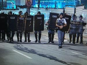 Tropa de choque teve que se posicionar para enfrentar os manifestantes, mas não precisou entrar em ação (Foto: Reprodução/TV Tem)