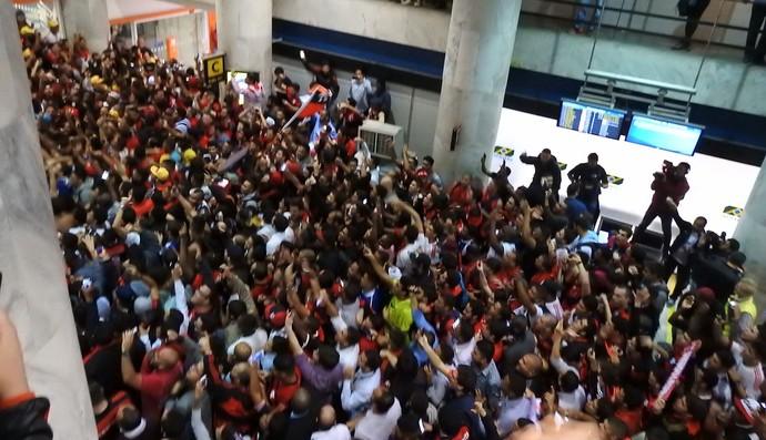 http://s2.glbimg.com/49OxjFvmgw-IQNfzGSx-p42mJJk=/0x349:2000x1500/690x397/s.glbimg.com/es/ge/f/original/2016/07/20/torcida_do_flamengo_no_aeroporto_GCnPKqT.jpg