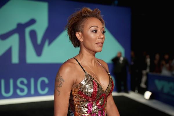 A cantora Mel B com o vestido com um recado para o ex-marido (Foto: Getty Images)