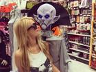 Paris Hilton se diverte durante compras