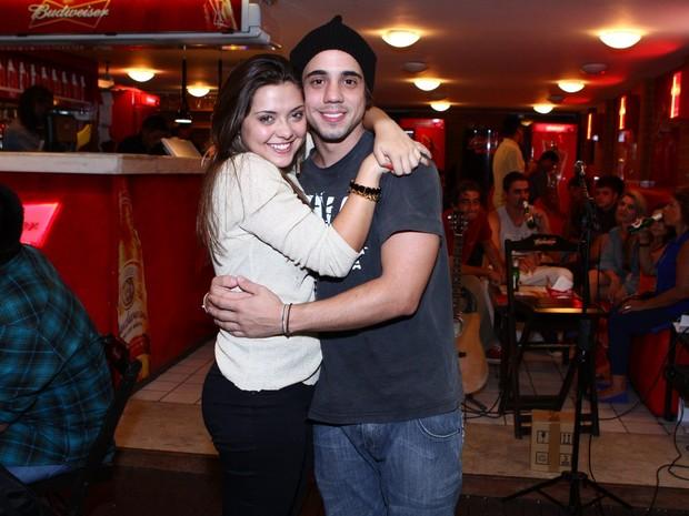 Poliana Aleixo e Guga Sabatie em bar no RIo (Foto: Raphael Mesquita/ Divulgação)