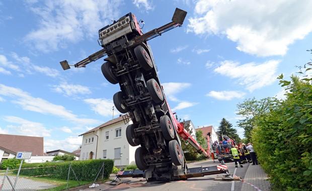 Guindaste que carregava cabine panorâmica que caiu durante festa e deixou 13 pessoas que estavam na cabine feridas na Alemanha (Foto: AP Photo/ Franziska Kraufmann)
