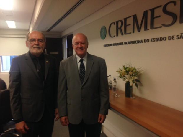 Carlos Vital, presidente do CFM (esq.) e Braulio Luna Filho, presidente do Cremesp, durante anúncio do estudo Demografia Médica 2015 (Foto: Mariana Lenharo/G1)