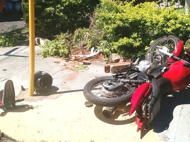 Motociclista sofreu fratura exposta na perna esquerda (Foto: Cláudio José/Cedida)