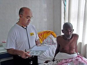 Foto de arquivo do missionário Manuel Garcia Viejo com um paciente no hospital San Juan de Dios em Lusar, Serra Leoa; espanhol repatriado após infecção por ebola morreu nesta quinta (25) (Foto: AFP Photo/HO/Juan Ciudad ONG)