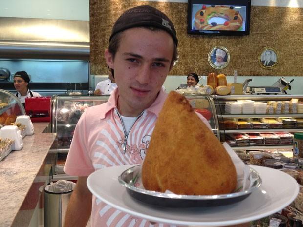 Erick Aranega segura prato com a coxinha de 1kg que ele comeu em três minutos e um segundo (Foto: Glauco Araújo/G1)
