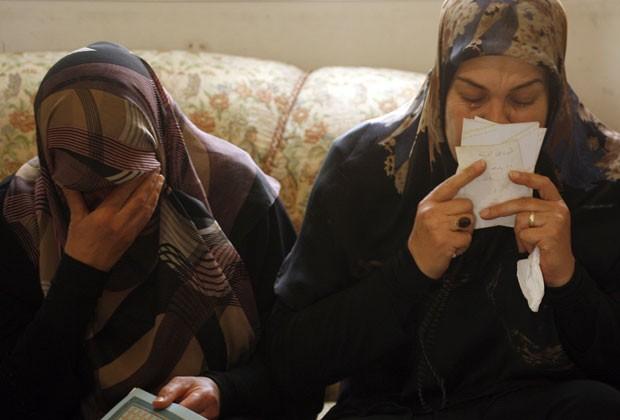 Familiares de Bilal Deheini, um dos passageiros do voo da Air Algérie que caiu no Mali, choram no sul do Líbano nesta sexta-feira (25) (Foto: Mahmoud Zayyat/AFP)