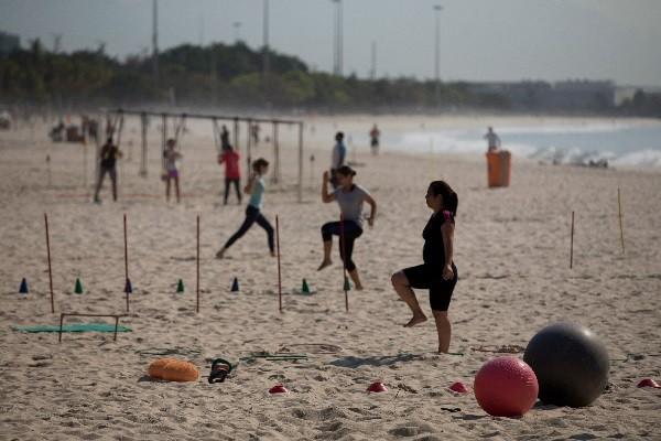 Praia do Flamengo é tomada por atletas amadores que buscam os benefícios da areia