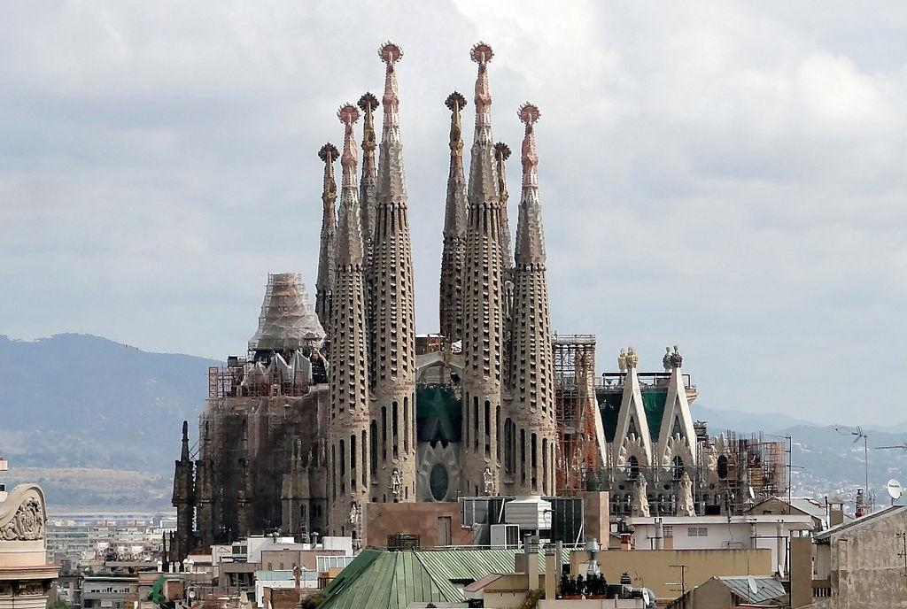 Templo Expiatório da Sagrada Família, iniciado pelo arquiteto catalão Antoni Gaudí em 1883 (Foto: Bernard Gagnon/Wikipédia)