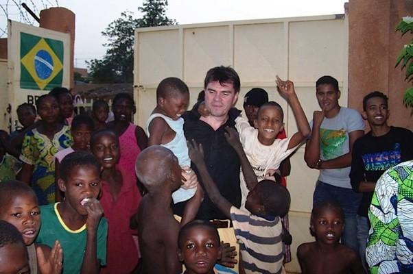 Alexandre Canhoni e seus filhos no Níger (Foto: Arquivo Pessoal)
