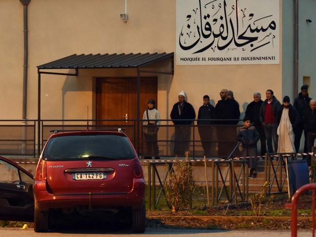 Pessoas observam carro de atropelador em mesquita de Valence, na França (Foto: PATRICK GARDIN / AFP)