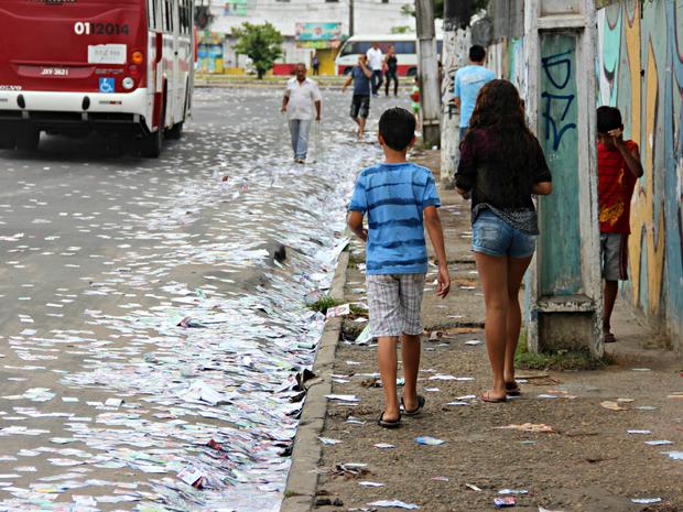 Lixo acumulado foi motivo de reclamação em dia de pleito (Foto: Jamile Alves/G1 AM)