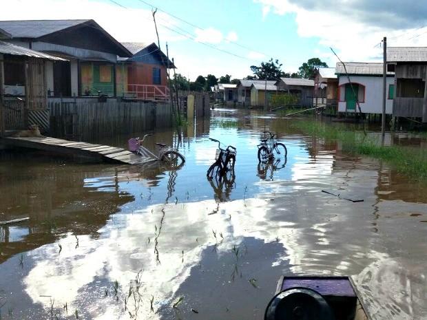 Rio Tarauacá voltou a transbordar nesta quarta-feira (15) e alagou bairros (Foto: Jyensveferpher Jardim/Arquivo Pessoal)