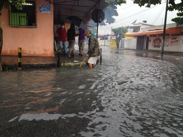 Ruas do bairro de Jaguaribe, no Centro de João Pessoa, ficaram intransitáveis (Foto: Walter Paparazzo/G1)