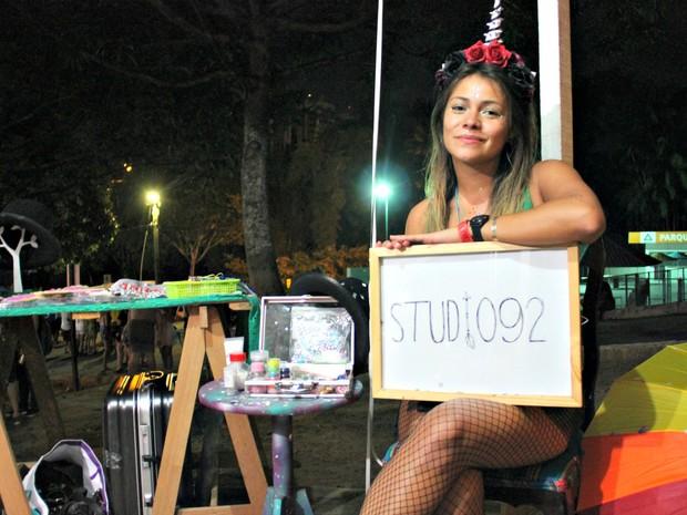 Bloco Cauxi Eletrizado teve espaço decicado à maquiagem (Foto: Rickardo Marques/G1 AM)