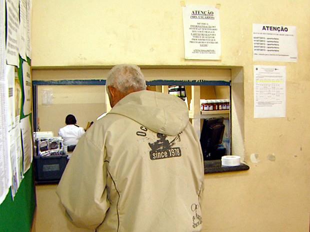 Paciente em farmácia de posto de saúde em Campinas (Foto: Reprodução / EPTV)