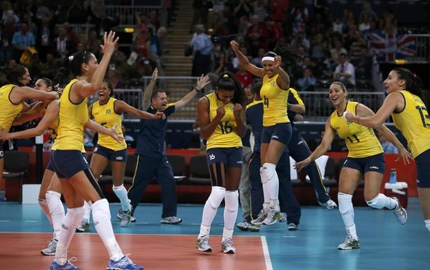 Fernanda Garay e seleção feminina Brasil x Rússia vôlei Jogos de Londres (Foto: Ivan Alvarado/Reuters)