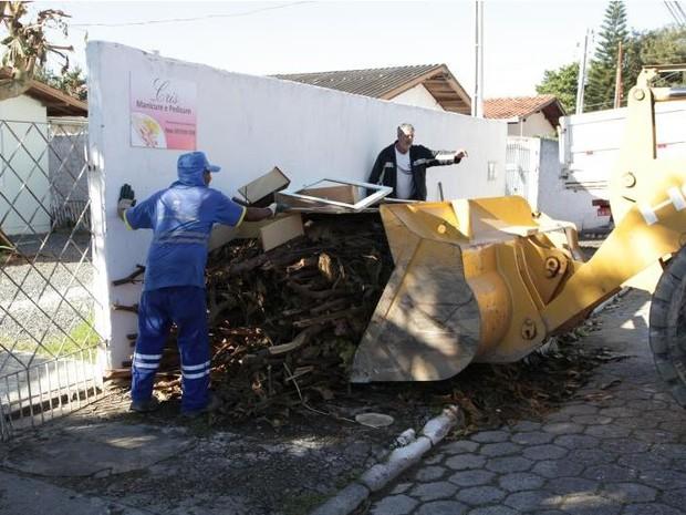 Na semana passada, foi feito um mutirão de limpeza no bairro Cordeiros (Foto: Nelson Robledo/Divulgação)