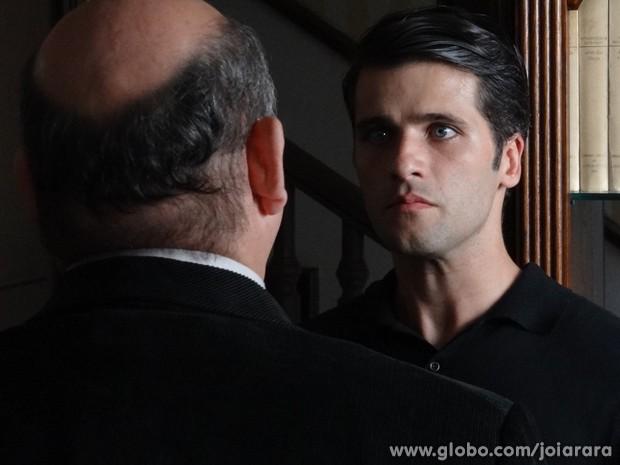 Delegado procura Franz e avisa que Sílvia morreu em um acidente (Foto: Joia Rara/TV Globo)
