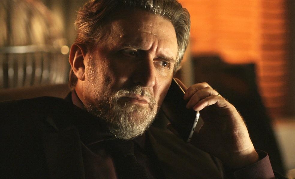 Salvatore ouve as exigências de Alex (Foto: TV Globo)