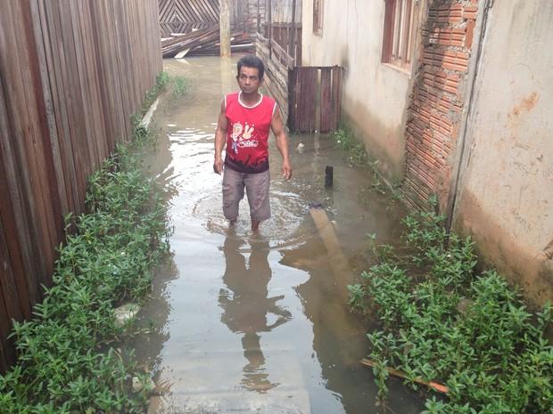 Carlos Amorim é obrigado a atravessar a água durante chuvas, em Macapá (Foto: John Pacheco/G1)