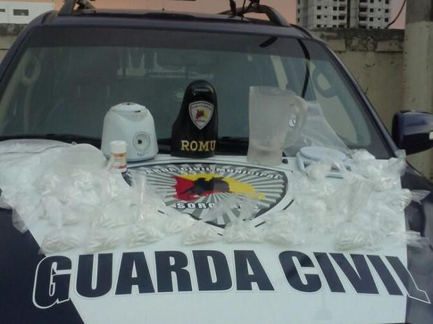 Drogas e equipamentos usados para o tráfico foram apreendidos (Foto: Divulgação / Guarda Municipal)
