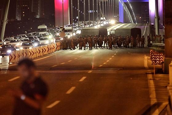Militares bloqueiam Ponte do Bósforo, em Istambul, em tentativa de golpe militar na Turquia (Foto: Gokhan Tan/Getty Images)