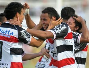 Jogadores do Santa Cruz vibram após mais um gol (Foto: Aldo Carneiro/Pernambuco Press)