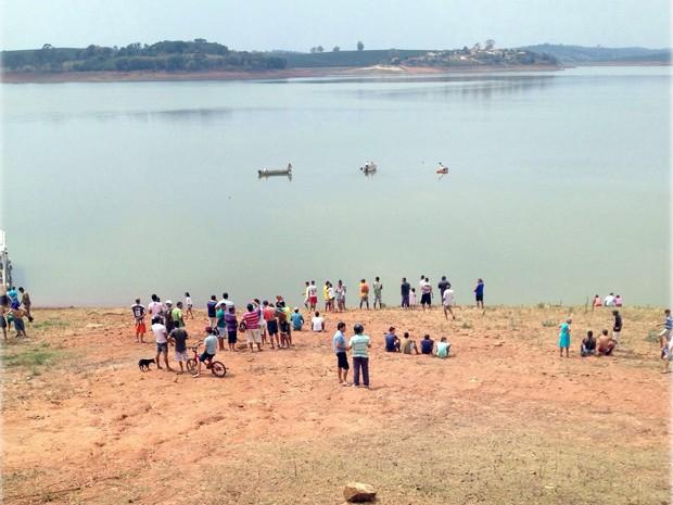 Helicóptero com três pessoas caiu na Represa de Furnas, próximo a Fama (Foto: Pedro Henrique Fonseca)