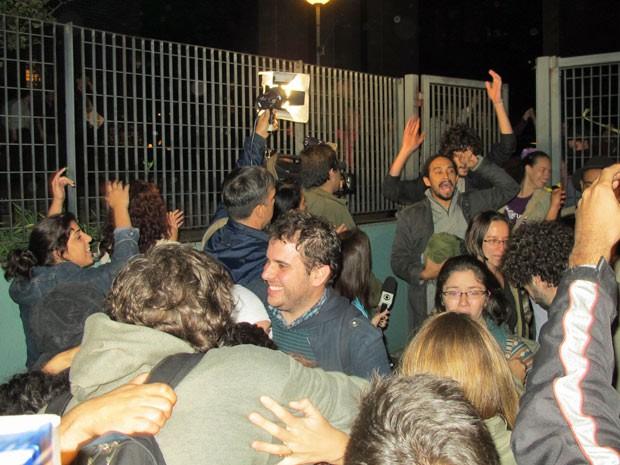 Estudantes da Unifesp que estavam presos comemoram ao deixar a sede da Polícia Federal, na Zona Oeste de São Paulo (Foto: Marcelo Mora/G1)
