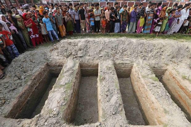 Centenas acompanharam nesta quarta-feira enterro coletivo de trabalhadores que morreram no desabamento (Foto: Andrew Biraj/Reuters)