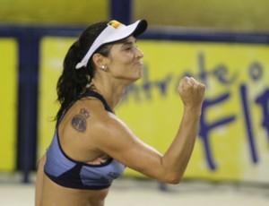 Agatha comemora ponto na partida (Foto: Paulo Frank/ CBV)