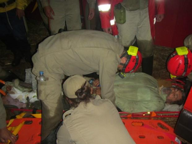 Resgate foi concluído no início da madrugada; homem, de 62 anos, foi encontrado por volta das 11h de terça-feira (16) (Foto: Polícia Ambiental / Divulgação)