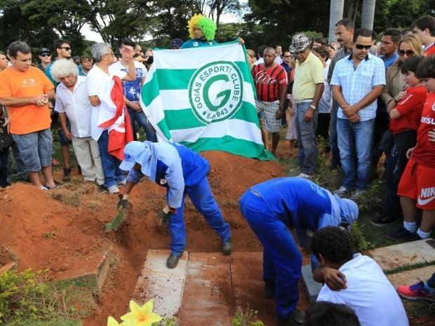 Corpo de Fernandão é enterrado sob aplausos em cemitério de Goiânia Goiás (Foto: Wildes Barbosa/O Popular)
