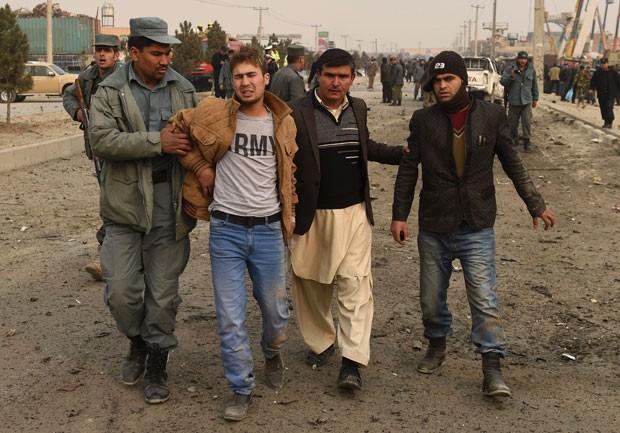 Civil afegão é retirado de local de explosão em Cabul nesta segunda-feira (5); atentado foi contra missão da União Europeia no Afeganistão (Foto: Shah Marai/AFP)