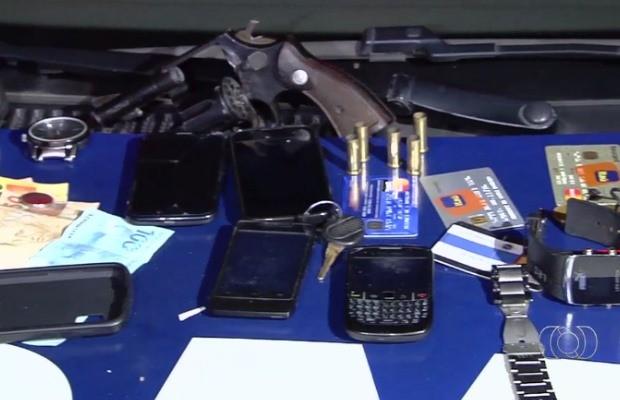 Polícia apreende armas, dinheiro e celulares com suspeitos em Aparecida de Goiânia, Goiás (Foto: Reprodução/ TV Anhanguera)