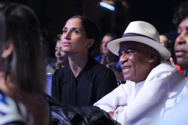 Camila Pitanga e o pai (Foto: Alex Palarea/ AgNews)