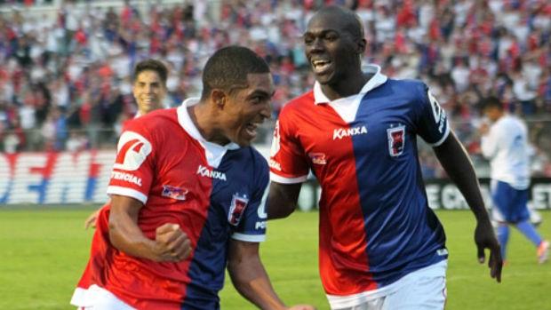 Ricardo Conceição comemora gol com Neverton na goleada do Paraná sobre o Nacional-PR (Foto: Divulgação / Site oficial do Paraná Clube)