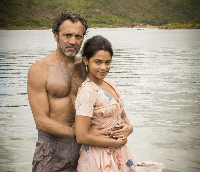 Domingos Montagner e Lucy Alves posam como Santo e Luzia nas águas do rio São Francisco (Foto: Felipe Nahon/ Gshow)