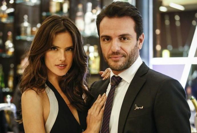 Em Verdades Secretas, Alessandra Ambrósio é Samia, namorada de Alex (Rodrigo Lombardi) (Foto: Raphael Dias/Gshow)