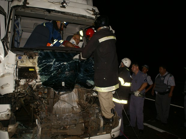 Motorista de um dos caminhões teve ferimentos leves e foi socorrido  (Foto: Maury Junior/Matão Urgente)