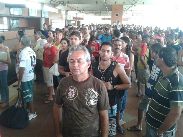 Passageiros esperam trem na estação de Camaragibe (Foto: Everaldo Silva/TV Globo)