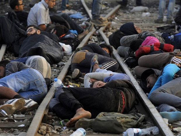 Refugiados e imigrantes dormem sobre os trilhos de trem perto da aldeia de Idomeni, na fronteira da Grécia com a Macedónia, neste domingo (6) (Foto: Alexandros Avramidis/Reuters)