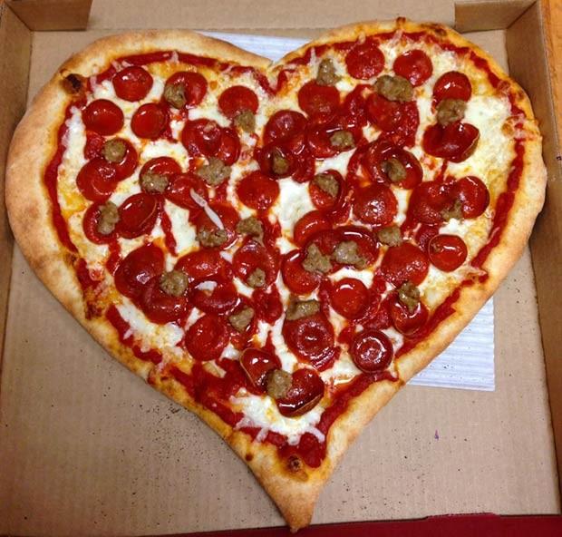Uma das massas da Pizza My Heart postadas na página oficial da pizzaria da Califórnia no Facebook (Foto: Reprodução / Facebook)