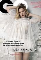 Léa Seydoux usa look transparente e deixa seios à mostra em revista