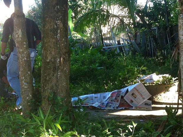 Vítima tinha perfurações de faca e estava na localidade conhecida como Beco Brasil (Foto: Girlene Medeiros/G1 AM)