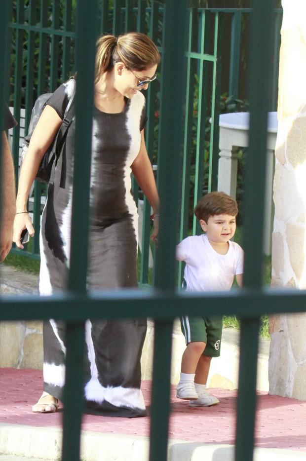 Juliana Paes levando o filho na escola (Foto: Dilson Silva  / Agnews)