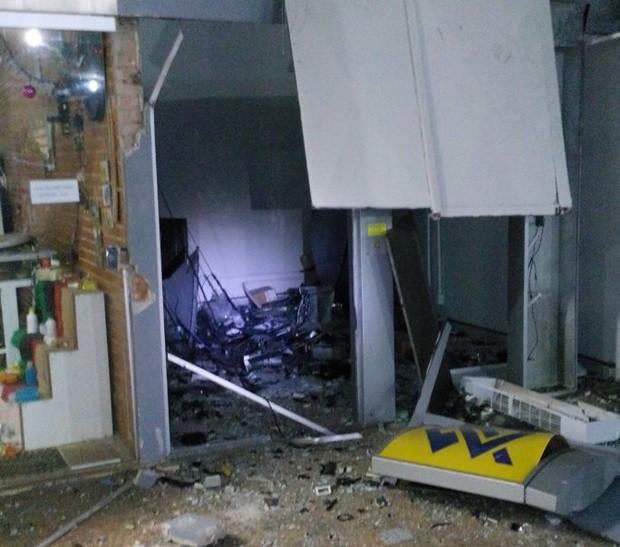 Explosão destruiu os caixas e atingiu loja de artesanato  (Foto: Polícia Militar/Icém )