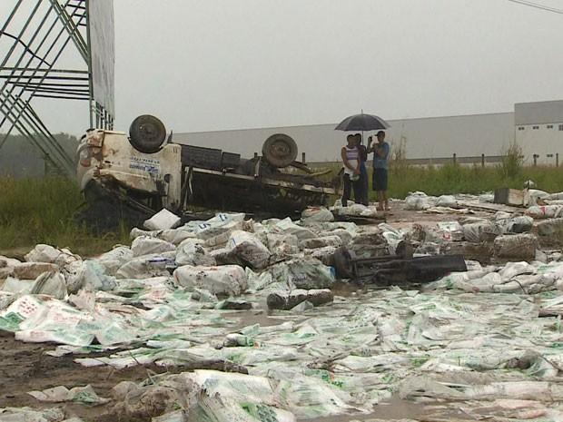 Caminhão bateu em outro veículo e motorista perdeu controle, atravessando a BR-101, no Cabo de Santo Agostinho (Foto: Reprodução / TV Globo)