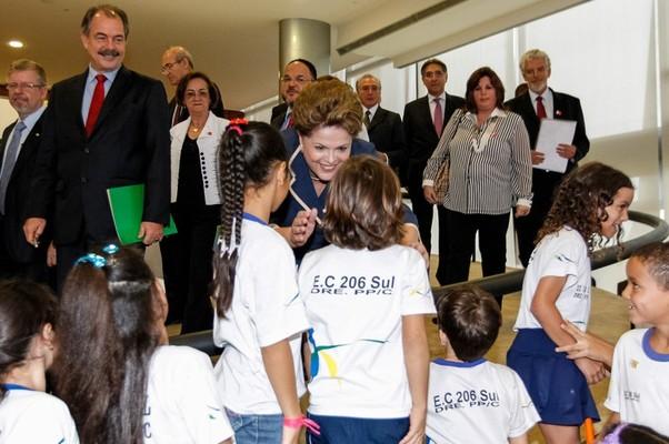 Dilma cumprimenta crianças durante o lançamento do novo programa de educação (Foto: Roberto Stuckert Filho/PR)
